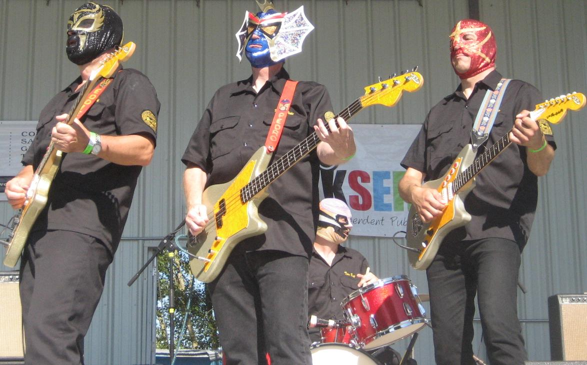 Live Review: Los Straitjackets